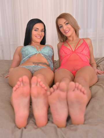 Tootsie Temptation - Sapphic Love And Endless Legs